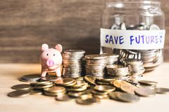 Idées d'argent d'économie pour l'avenir avec les pièces de monnaie et la tirelire photos libres de droits