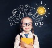 Idées d'enfant Étudiant de sourire d'école d'enfant avec le livre jaune photo libre de droits
