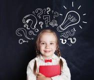 Idées d'enfant Étudiant heureux d'école d'enfant avec l'ampoule image libre de droits
