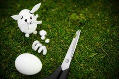 Idées d'oeuf de pâques, matériaux diy pour un lapin de Pâques sur la mousse verte image stock