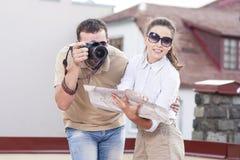 Idées de voyage Jeunes couples caucasiens heureux prenant des photos pendant le voyage Photographie stock