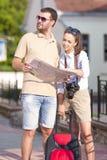 Idées et concepts de déplacement Jeune déplacement caucasien positif de couples Images stock