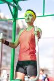 Idées et concepts de forme physique Athlète féminin caucasien de sourire dedans image libre de droits