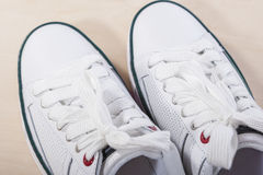 Idées et concepts de mode Tennis blancs élégants à la mode Photographie stock