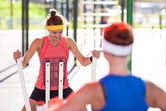 Idées et concepts de sport Deux athlètes féminins caucasiens sexy images stock