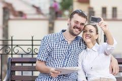 Idées et concepts de voyage Jeunes couples caucasiens dans l'amour se reposant ensemble Photo libre de droits