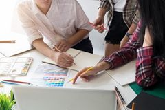 Idées graphiques de créativité d'équipe de créateurs dans le lieu de travail moderne de bureau photographie stock