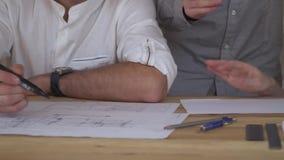 Idékläckning en grupp av kontorsanställda under stopptidarbetet med teckningar arkivfilmer