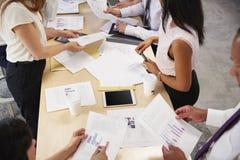 Idékläckning för affärsgrupp på en tabell, mitt- avsnitt royaltyfri fotografi