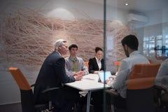 Idékläckning för grupp för affärsfolk på möte Royaltyfri Foto