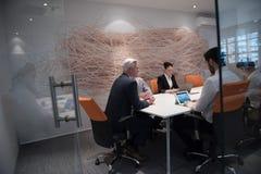Idékläckning för grupp för affärsfolk på möte Arkivbild