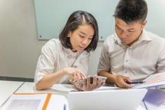 Idékläckning för två ung affärspersoner tillsammans i mötesrummet fotografering för bildbyråer