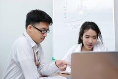 Idékläckning för två ung asiatisk personer tillsammans i modernt kontor Abstrakt blått- och vitkuber på en vitbakgrund Arkivfoton