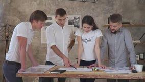 Idékläckning kontorsarbetare som arbetar på ett plan, övertids- arbete lager videofilmer