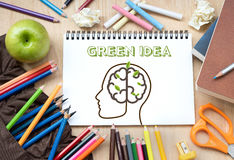 Idékläckning med idérikt begrepp för grön idé arkivfoton