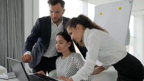 Idékläckningkontorsarbetare på datoren i affärsmitten, jobb av kollaboratörer på idénäringslivsutveckling in stock video