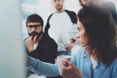 Idékläckningprocess på kontoret Unga coworkers arbetar tillsammans den moderna kontorsstudion royaltyfria foton