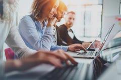 Idékläckningprocess på kontorsbegreppet Unga coworkers arbetar tillsammans den soliga kontorsstudion arkivfoton