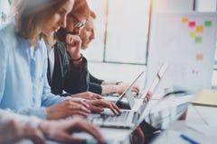 Idékläckningprocess på kontorsbegreppet Unga coworkers arbetar tillsammans den soliga kontorsstudion kantjusterat arkivbilder
