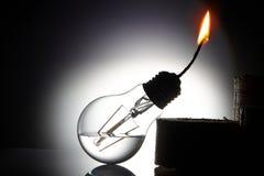Idén är att ge ett andra liv till en gammal kula för brännskada som ut gör om den i en fotogenlampa Royaltyfria Bilder