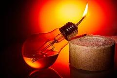 Idén är att ge ett andra liv till en gammal kula för brännskada som ut gör om den i en fotogenlampa Fotografering för Bildbyråer