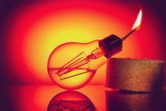 Idén är att ge ett andra liv till en gammal kula för brännskada som ut gör om den i en fotogenlampa Royaltyfri Bild
