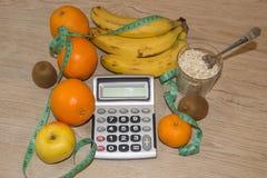 Idén av sunt bantar, förlorande vikt för diet-frukosten med hjälpen av en frukt bantar Arkivbild