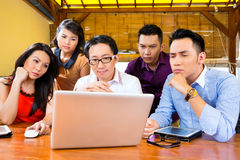 Idérik affär Asien - Team Meeting i regeringsställning Arkivfoton