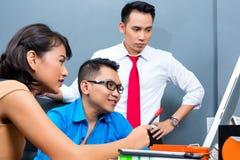 Idérik affär Asien - Team Meeting i regeringsställning Arkivbilder