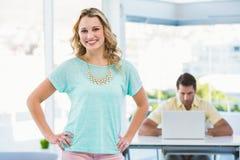 Idérik affärskvinna och kollegor bakom Arkivbild