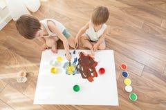 idérik barndom Pojkeattraktionen med färger arkivfoton