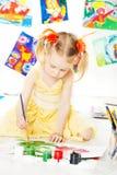 Idérik barnteckning med färgborsten royaltyfri fotografi