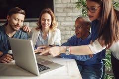 Idérik besättning för affärschefer som arbetar med nytt startup projekt royaltyfri bild
