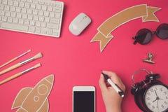 Idérik bild för designhjältetitelrad med smartphonen Utbildning och e-lära modern websitetitelradbakgrund arkivbild