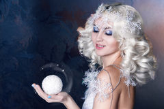 Idérik bild för modell med djupfryst makeup arkivbild