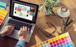 Idérik formgivareGraphic formgivare på arbete Färgprovkartaprövkopia royaltyfri illustrationer