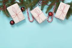 Idérik gåvaask för jul som slås in med det röda bandet, packepapper på blått Lekmanna- lägenhet Top beskådar kopiera avstånd Royaltyfri Bild