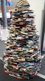 Idérik garnering för julgran genom att använda böcker Fotografering för Bildbyråer