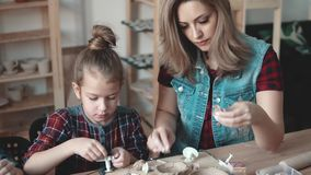Idérik hobby för familj Mamman är förlovad med barnkrukmakerit arkivfilmer