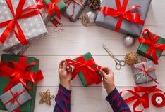 Idérik hobby Göra modern handgjord julgåva att boxas Arkivbilder