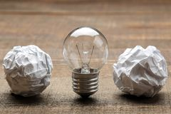 Idérik idé för begrepp Begrepp av den idérika idén Kulor av skrynkligt papper och den ljusa kulan metafor inspiration royaltyfria bilder