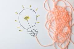 Idérik idé för begrepp Begrepp av den idérika idén målad ljus kula på en ljus bakgrund metafor inspiration arkivfoto
