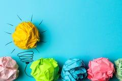 Idérik idé för begrepp Begrepp av den idérika idén Skrynkliga pappers- bollar och målad ljus kula på ljus bakgrund metafor inspi fotografering för bildbyråer