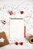 Idérik julsammansättning med notepaden och garneringar royaltyfria foton