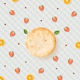 Idérik kesoeldfast form med ost, bär och basilika på bordduk Fotografering för Bildbyråer