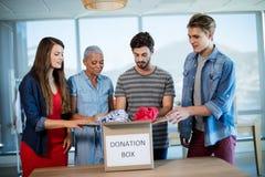 Idérik kläder för affärslagsortering i donation boxas Royaltyfria Foton