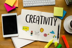 Idérik KREATIVITET och tänkande innovationprocess för design och I arkivfoton