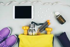 Idérik lägenhet som är lekmanna- av sport- och konditionutrustningar Royaltyfri Bild