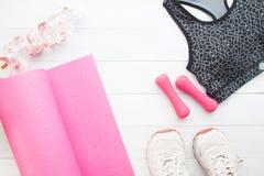 Idérik lägenhet som är lekmanna- av sport- och konditionutrustningar på vit woode Royaltyfri Foto