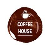Idérik logo för kaffehus med utskrivaven bokstäver på mörk brun fläck med den vita koppen vektor illustrationer